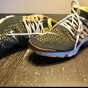 Nike air presto ultra flyknit Mycket bra skick! Skorna är sparsamt använt. Köpte på Sneakers n Stuff i 2016.  Storlek : US 11 / EU 45 Nypris : 1500kr