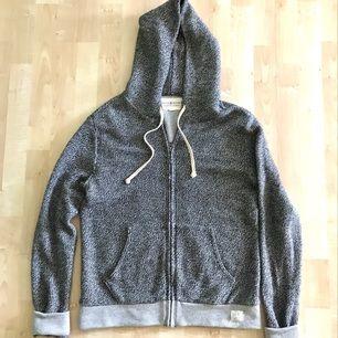 Mycket bra skick! Ralph Lauren hoodie i melange grå färg. Nypris : 1499 kr  Storlek Small Passar er som är mellan 172cm - 180cm --  * Tröja, Polo, märkeskläder