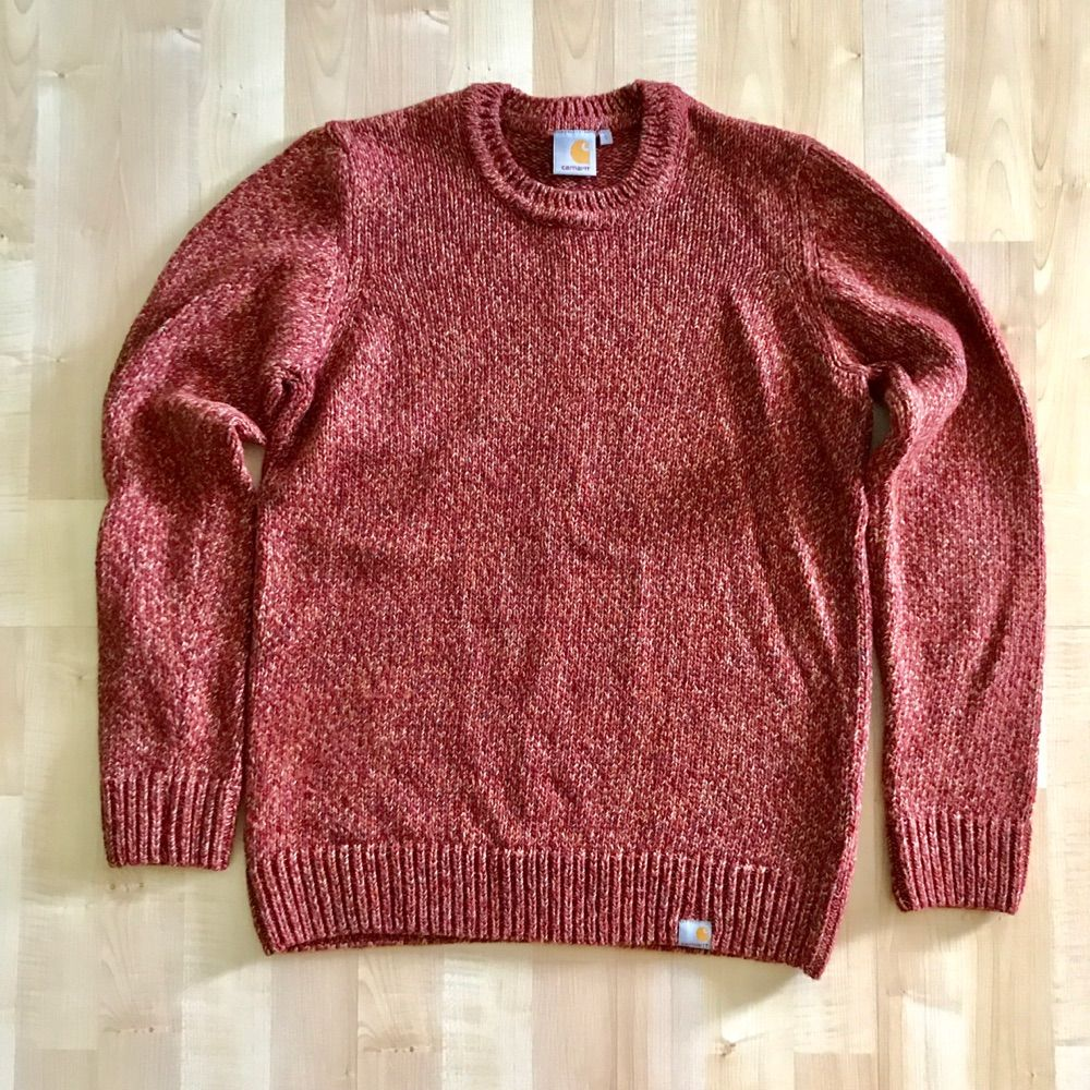 Mycket bra skick! Carhartt stickat tröja i röd/orange blandning Nypris : 1299 kr  Storlek Small Passar er som är mellan 172cm - 180cm --  * Tröja, märkeskläder. Stickat.
