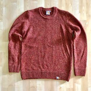 Mycket bra skick! Carhartt stickat tröja i röd/orange blandning Nypris : 1299 kr  Storlek Small Passar er som är mellan 172cm - 180cm --  * Tröja, märkeskläder