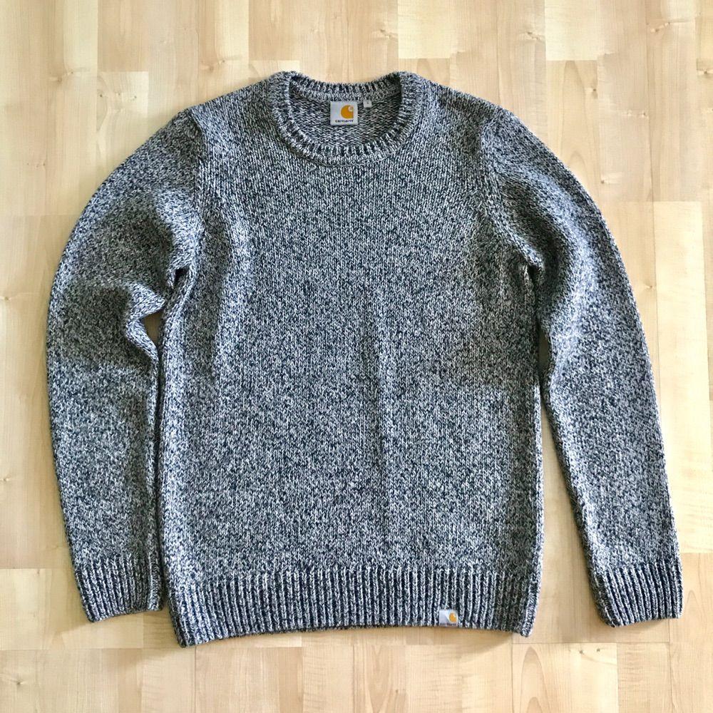 Mycket bra skick! Carhartt stickat tröja i melange grå färg. Nypris : 1299 kr  Storlek Small Passar er som är mellan 172cm - 180cm --  * Tröja, Polo, märkeskläder. Stickat.