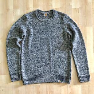 Mycket bra skick! Carhartt stickat tröja i melange grå färg. Nypris : 1299 kr  Storlek Small Passar er som är mellan 172cm - 180cm --  * Tröja, Polo, märkeskläder