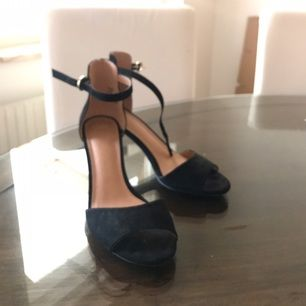 4 cm stiletto klack. Svarta klackskorna från H&M! Super snygga och stilrena.