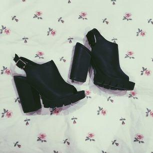e4861e77bd8 Svart snygg sko med öppen tå. Trendiga och supersnygga till ett par jeans!  Aldrig