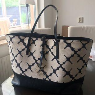 Säljer min super fina Malene Birger väska. Bra skick, en fläck i innerfodret. 2 år gammal, nypris 2,499:-   Dustbag medföljer! Frakt ingår i priset :)
