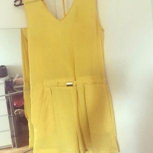 Jätte fin gul kort jumpsuit ifrån Zara. (Lite mörkare gul än på bild) använd 1-2 gånger. Strl xs passar även s.