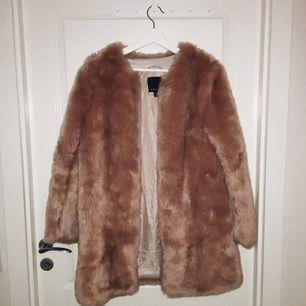 puderrosa faux fur från new yorker. använd fåtal gånger. bilden ger inte riktig rättvisa till färgen på jackan, så vid intresse kan jag försöka få till en bättre bild.