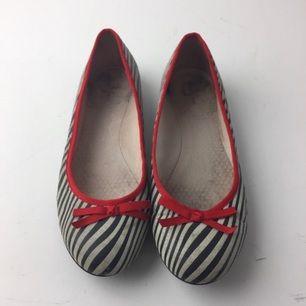 Nilson Shoes, Ballerinaskor,  Strl: 40,  Färg: Blå, Vit,  Skick: Normalt