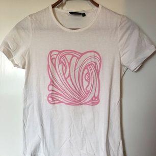 Kent t-shirt med rosa art nouveau tryck från KENTFEST 2014 på Ullevi Aldrig använd