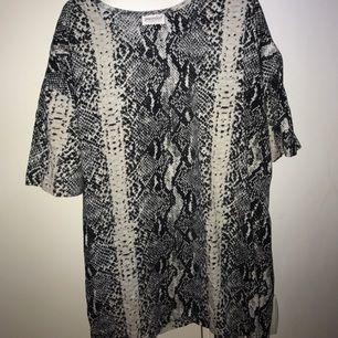Ormskinns printad klänning/tunika