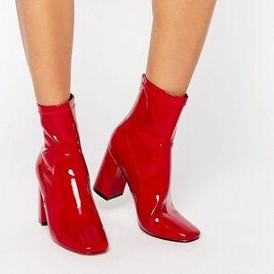 Helt nya röda lack boots. Super coola! Aldrig använda. Ganska små i storleken så passar även en 37.