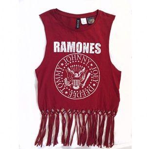 En härlig topp med mitt favoritband The Ramones på. Köpt på H&M Divided i XS, aldrig använd.