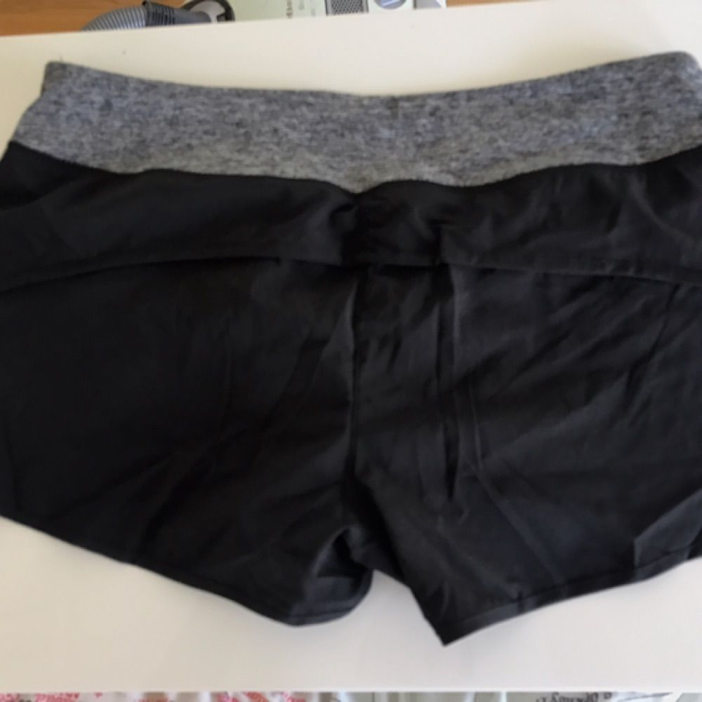 Helt nya träningshorts från cotton on. Jätte sköna då dom är väldigt lätta och tunna. Har lite scrunch på baksidan också.. Jeans & Byxor.