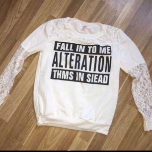 En vit spets tröja. Bara använd 3 gånger. Storlek L men är som en XS/S