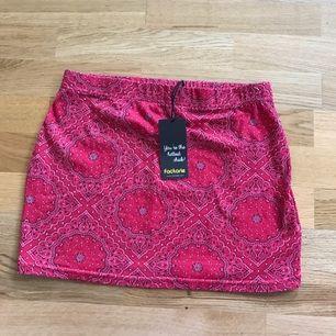 Fin kort tajt kjol från factorie, prislapparna är kvar så aldrig använd.