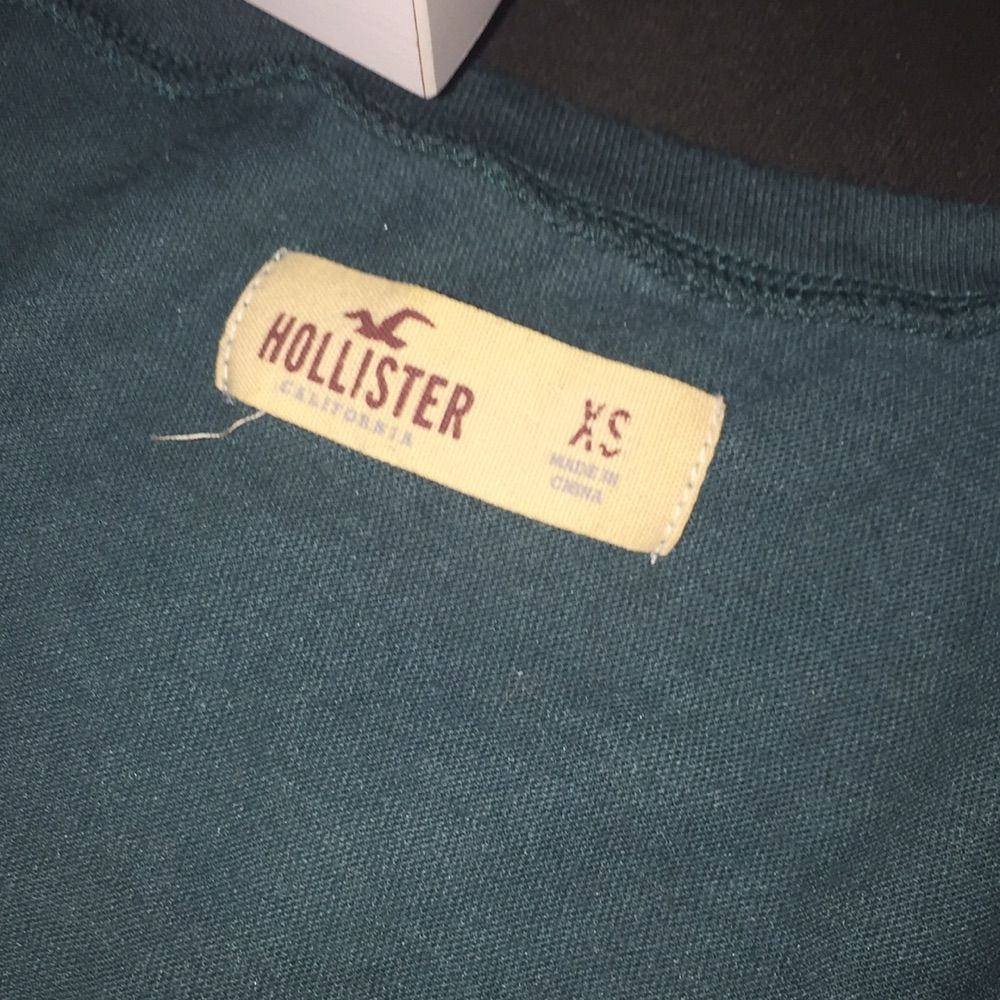 T-shirt från hollister, några pärlor ha ramlat av. T-shirts.