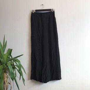 Sköna byxor från weekday som fladdrar i vinden! Resår i bak.