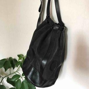 Supersnygg vintage läder väska, går att använda både som ryggsäck och sidoväska. Lägger sig snett snyggt på ryggen. Inte sliten eller skakad, vanligt slitage på innerfoder!