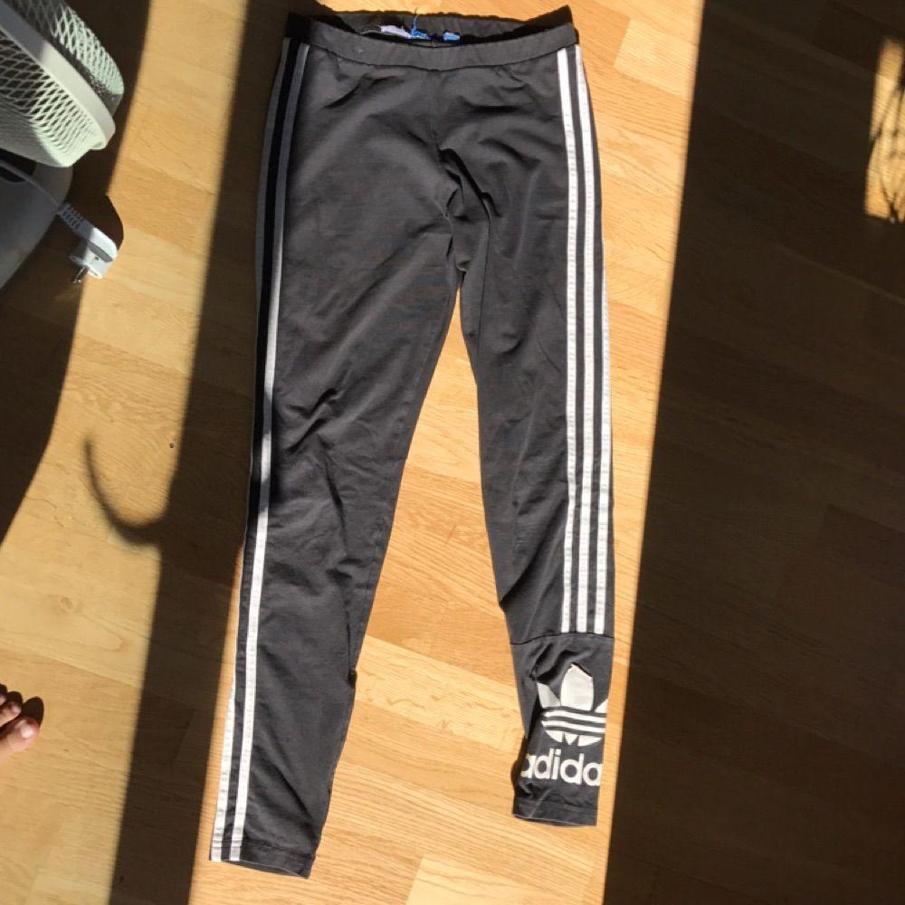 d1da2c46908 Adidas-tights i svart med vita ränder. Relativt bra skick men väl använda.