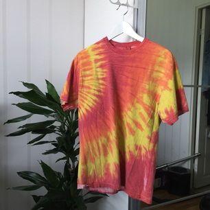 Batikad T-shirt med text på ryggen. Secondhand.