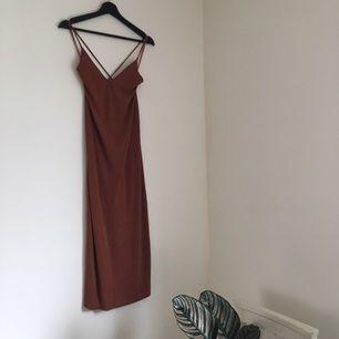 Brun klänning från Mango i strl XS, känns mer som en S. Korsad i ryggen. Tight upptill och något lösare nedtill. Färgen stämmer bäst överens med andra bilden Fraktar mot betalning eller möts upp i Uppsala.