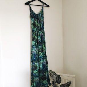 En färgsprakande långklänning från ONLY. Köptes till ett bröllop och har tyvärr inte kommit till användning igen. Vill gärna att den hittar ett nytt hem! Fraktar mot betalning eller möts upp i Uppsala 🌿