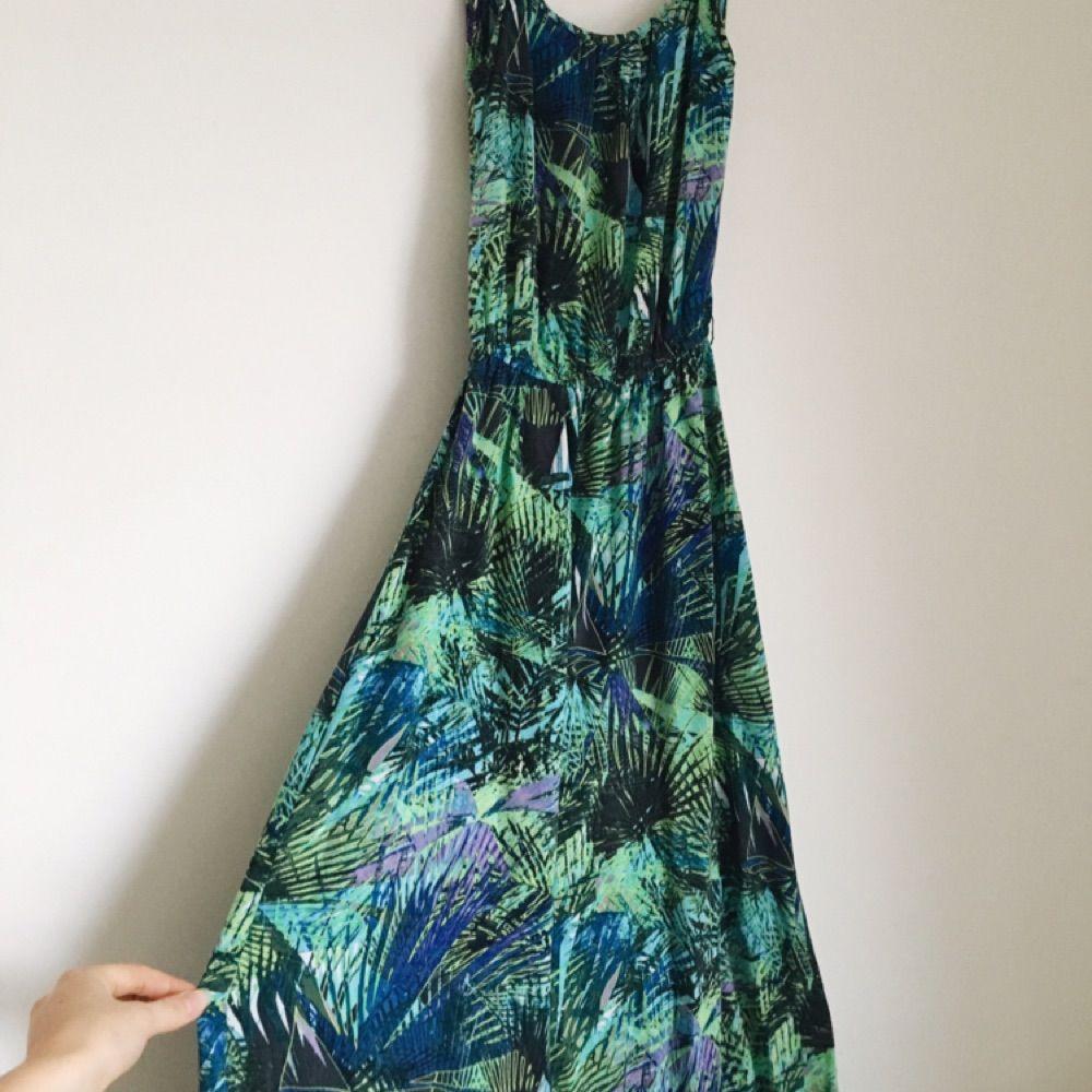 En färgsprakande långklänning från ONLY. Köptes till ett bröllop och har tyvärr inte kommit till användning igen. Vill gärna att den hittar ett nytt hem! Fraktar mot betalning eller möts upp i Täby 🌿. Klänningar.