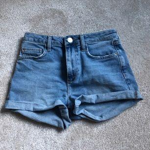 Säljer mina fina jeans shorts från BDG (Urban outfiters) De är high waisted och väldigt sköna! Ni kan även få de svarta shortsen jag säljer tillsammans med dessa!