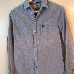 Ljusblå bommullsskjorta från Lindex egna märke Hampton Republic. Mycket god kvalité och skön! På bilden är den ostruken och ser skrynklig ut...