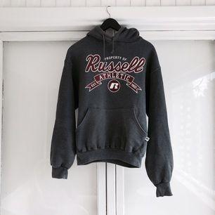 Skitsnygg vintage Russell Athletic hoodie köpt på 90-talet i USA! I perfekt slitet skick!