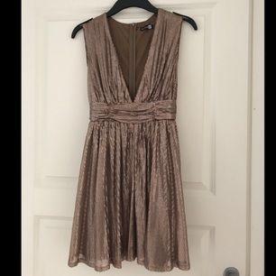 Aldrig använd klänning från Boohoo täckt i paljetter. Djupt urringad, hög i ryggen. Perfekt för fest eller nyår. Kan träffas i Täby, Stockholm city eller SU. Vid frakt får köparen stå för det :)
