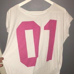 T-shirt från nike. Använd några gånger, ganska kort men skön.