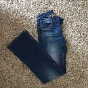 Skit fina boot cut jeans från märket Crocker! Aldrig använda då dom är försmå för mig. Dom är små i storleken så skulle säga att de passar 25/26 :)