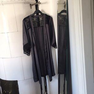 Morgonrock i siden från H&M strl S. Grå m svart spets.  Aldrig använd. Kan hämtas i Norrköping eller skickas mot frakt.