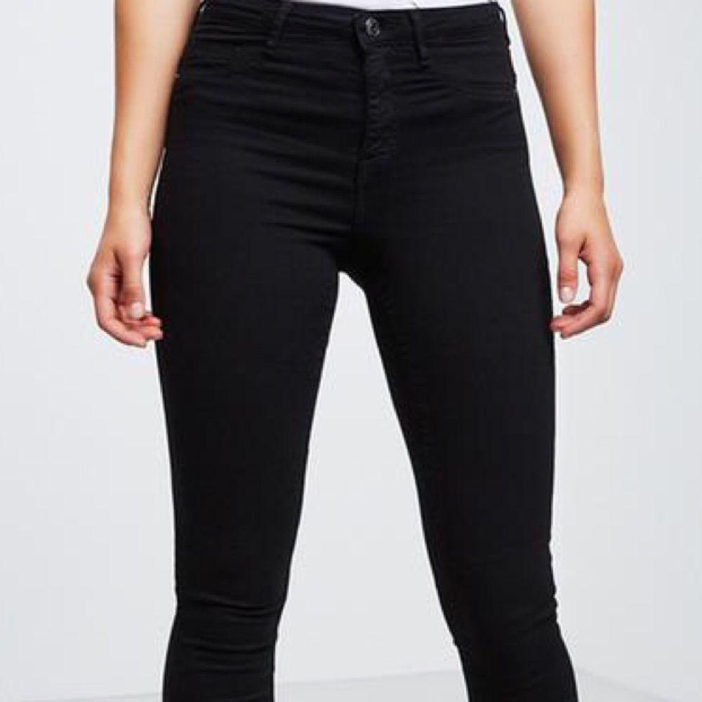 9da4b7526df Sorte högmidjade jeans fra Gina Tricot, Molly jeans. Størrelse brug S. Ny  Never