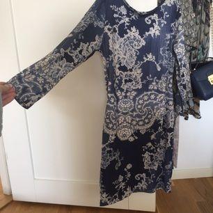 Marinblå mönstrad klänning, mycket stretch