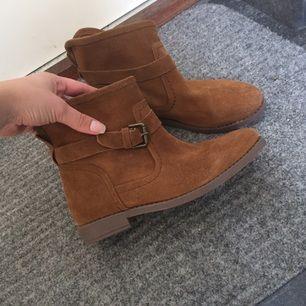 Höstiga boots som bara är använda 1 gång för är tyvärr för små.