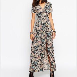 Helt ny klänning från Club L. Paisley mönster.