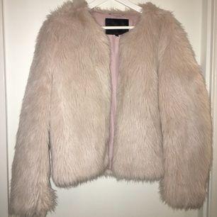 Skitsnygg fuskpäls jacka från märket mbymn! Har kostat ca 1400kr och har endast använt den 3 gånger så jackan är så gott som ny!