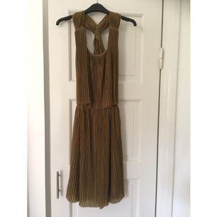 Grön, plisserad klänning. Använd en gång.
