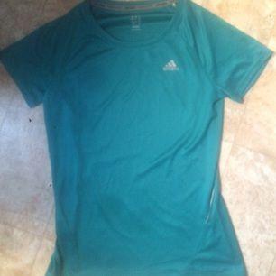 Ett helt ny oanvänd tränings-tshirt från Adidas. Modellen heter Climate och är i ett härligt tunt material som andas när du använder den.