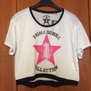 Prima Donna mag t-shirt. Vit och rosa stjärna.  Strl M och köpt i Italien, aldrig använd, prislapp kvar.  Ni står för frakten om vi inte möts upp.