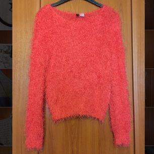 Fluffig röd/orange tröja i Strl 40 från H&M. Ni står för frakten om vi inte möts upp.