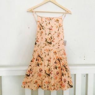 Somrig klänning från Urban outfitters, aldrig använd. Storlek S men lutar mer åt XS-hållet. Frakten ingår i priset.