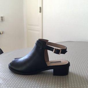 Ett par helt nya oanvända skor från Topshop som endast blivit liggandes i sin kartong eftersom de är stora i sin storlek, står 38 men passar någon som har 39 mer. Jättefina! Prislappen sitter kvar :)