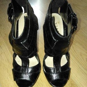 Högklackade skor från Tiamo. Använda 1 gång.