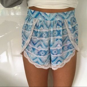 Jätte snygga somriga högmidjade shorts med spets i kanterna. Använda lite men inget som syns alls