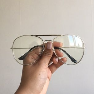 Stora pilotglasögon utan styrka. Använda endast ett fåtal gånger. Kan mötas upp i Sthlm eller skicka mot fraktkostnad