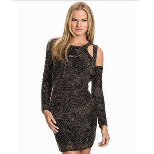 1176c2ac1d0c Så snygg svart paljettklänning med snygga detaljer, från Rebecca Stella.  Helt täckt av paljetter