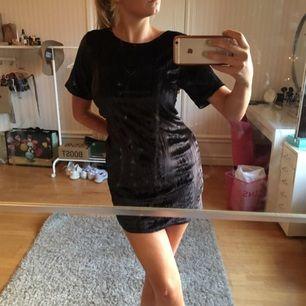 Superfin velvetklänning, liten fläck syns på sista bilden!!!